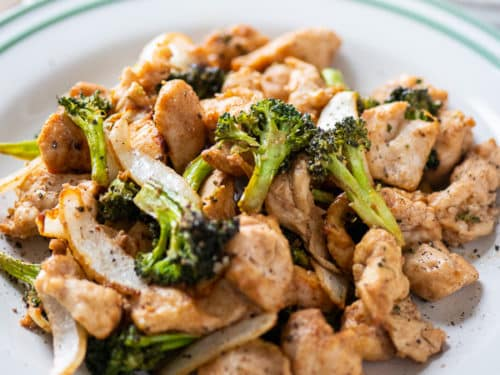 Plate of healthy air fried chicken and broccoli by airfryerworld.com